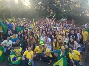 Brasileiros e pessoas de diversas nacionalidades se reúnem para assistir os jogos (Foto: acervo pessoal)