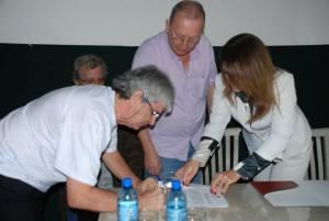 Membros da comissão assinam parceria com a UFJF. Foto: Carol Marino